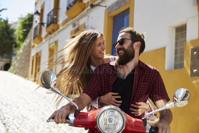 Verbinden Sie das Sitzen auf dem Bewegungsroller, der einander, Ibiza betrachtet stockfoto