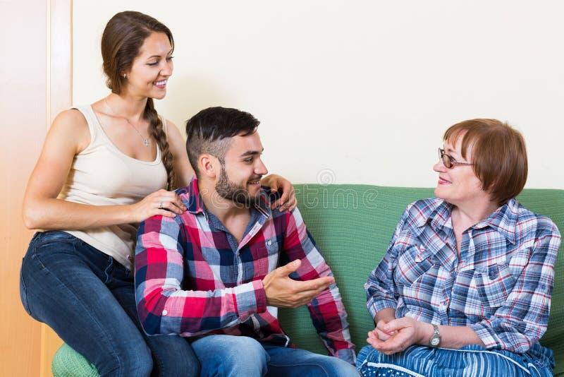 Verbinden Sie das Sitzen im Wohnzimmer und die Unterhaltung mit Mutter stockfotos