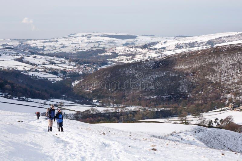 Verbinden Sie das Wandern im Winter im Höchstbezirk, Großbritannien stockfotografie