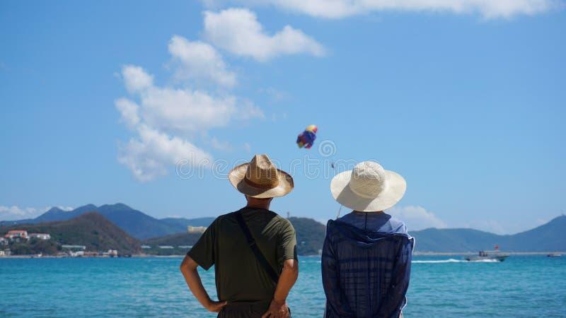 Verbinden Sie den Mann und Frau, die auf Strandküste bleiben lizenzfreie stockfotos