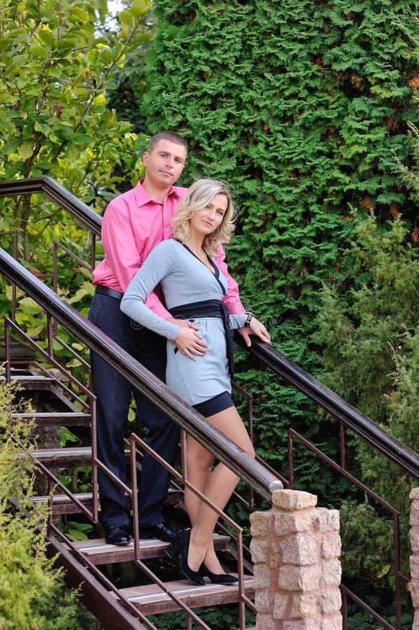 Verbinden Sie den Mann und Frau, die in den Sommerpark gehen lizenzfreie stockfotografie
