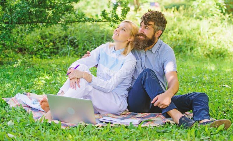 Verbinden Sie in der freiberuflich t?tigen Liebe oder Familienarbeit Modernes on-line-Gesch?ft Freiberuflich t?tiges Lebennutzenk stockbild