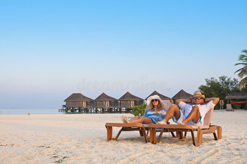 Verbinden Sie die Entspannung auf dem sandigen Strand in Malediven stockfotos