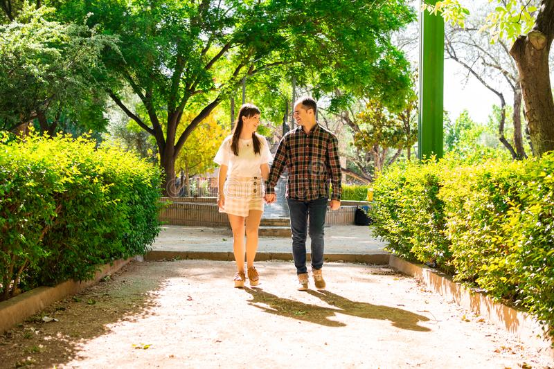 Verbinden Sie in einem Park, sie gehen Hand in Hand stockbild