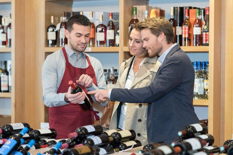 Verbinden Sie Flaschenwein im Weinhaus zusammen wählen stockbilder