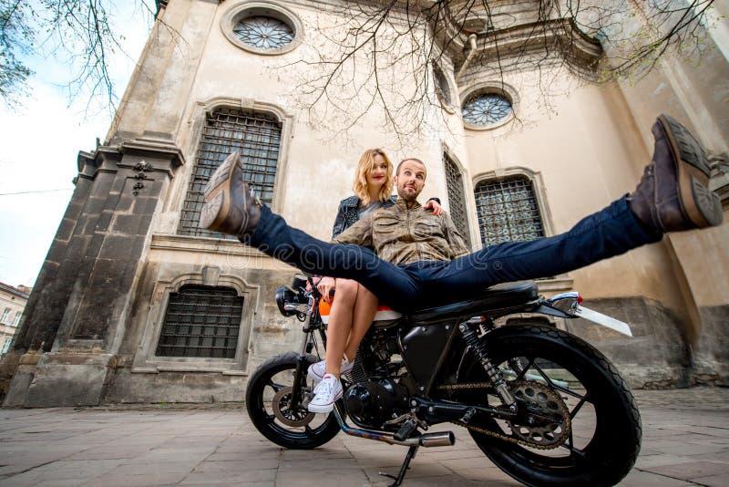 Verbinden Sie Haben des Spaßes auf dem Motorrad in der alten Stadt lizenzfreies stockbild