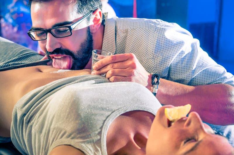 Verbinden Sie Haben des Spaßes im DiscoNachtclub mit Körper Tequilapartei lizenzfreie stockbilder
