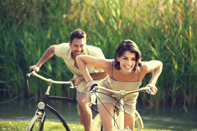 Verbinden Sie Haben eines Fahrradrennens in die Natur im Garda See stockfotos