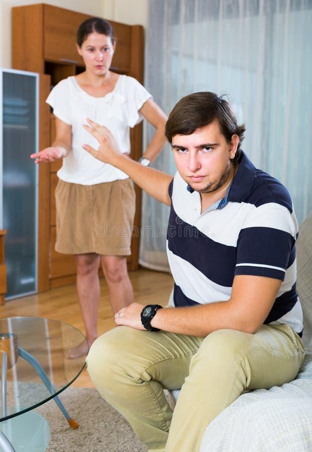 Verbinden Sie Haben von Heiratkrise und streiten jeden Tag lizenzfreie stockbilder