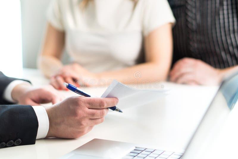 Verbinden Sie Haben von Sitzung mit juristischem Berater, Immobilienagentur lizenzfreie stockfotos