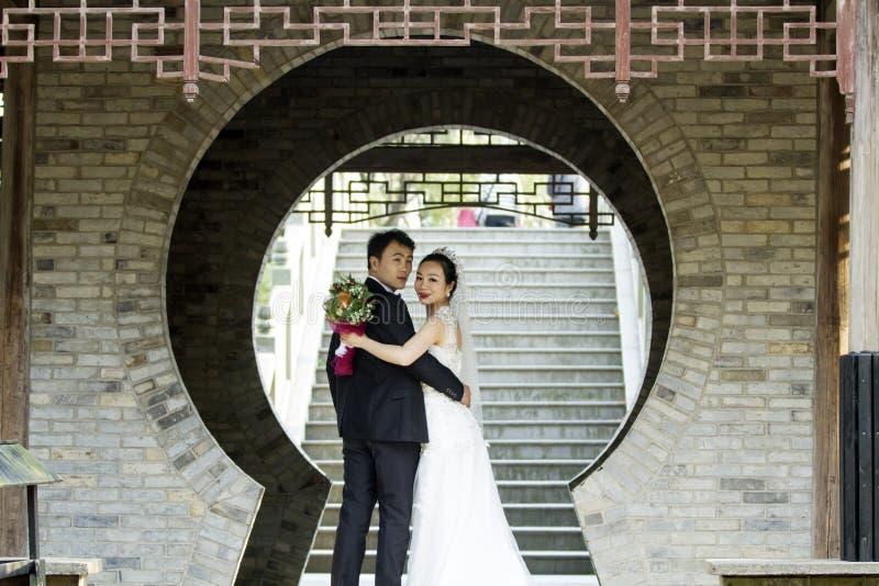 Verbinden Sie Hochzeitsfotoporträtaufnahme in shui BO-Park von Shanghai lizenzfreies stockbild