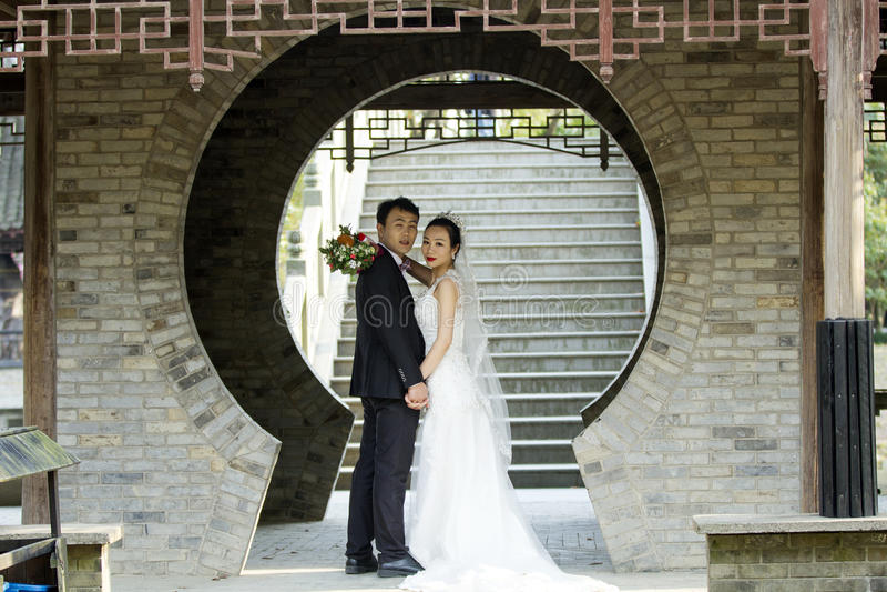 Verbinden Sie Hochzeitsfotoporträtaufnahme in shui BO-Park von Shanghai stockfotos