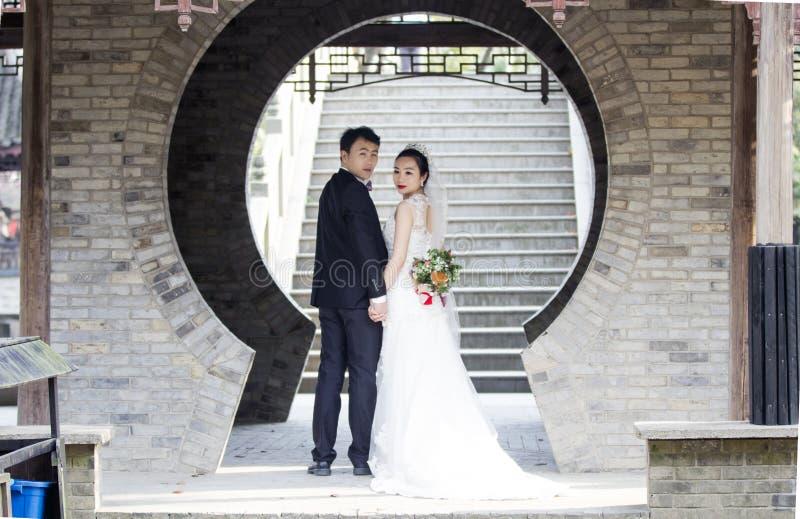 Verbinden Sie Hochzeitsfotoporträtaufnahme in shui BO-Park von Shanghai stockfotografie