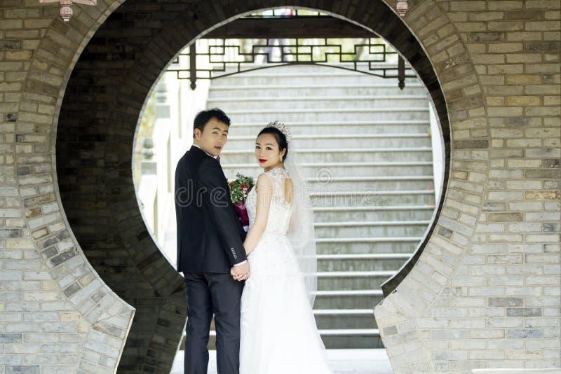 Verbinden Sie Hochzeitsfotoporträtaufnahme in shui BO-Park von Shanghai lizenzfreie stockfotografie