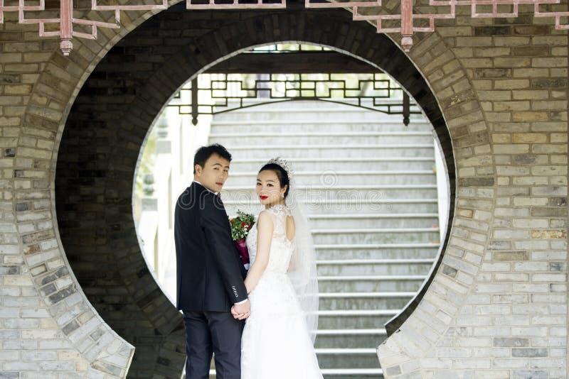 Verbinden Sie Hochzeitsfotoporträtaufnahme in shui BO-Park von Shanghai lizenzfreies stockfoto