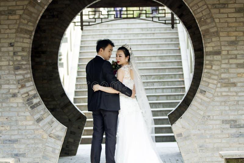 Verbinden Sie Hochzeitsfotoporträtaufnahme in shui BO-Park von Shanghai lizenzfreie stockbilder