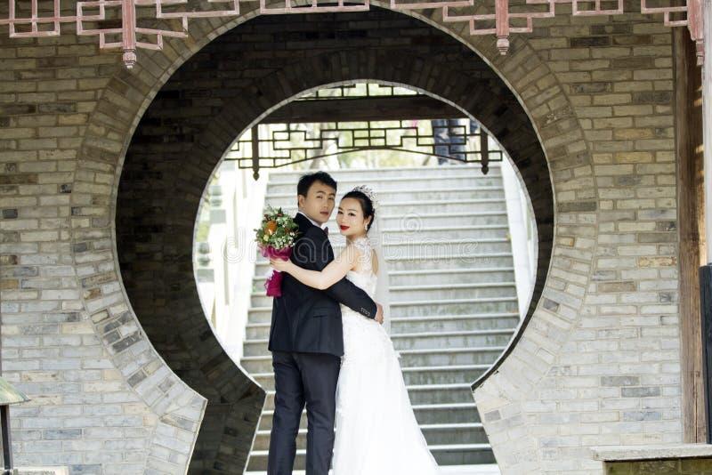 Verbinden Sie Hochzeitsfotoporträtaufnahme in shui BO-Park von Shanghai stockfoto