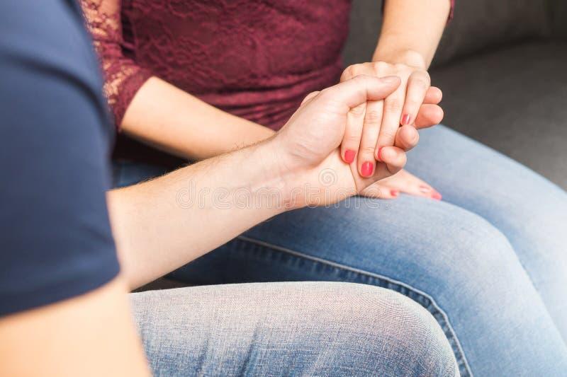Verbinden Sie Holdinghände Antrag, Vertrauen, gegenseitiger Respekt lizenzfreies stockbild