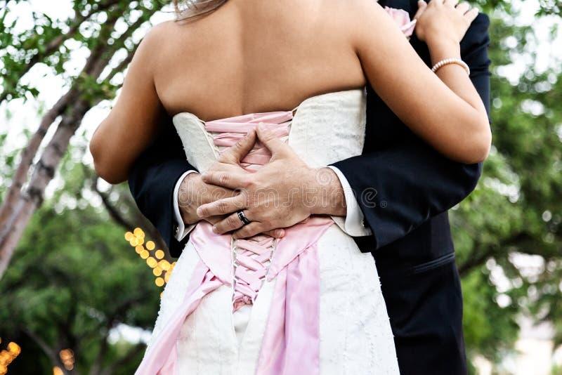 Verbinden Sie Jungvermählten Braut und Bräutigam an einer Hochzeit, an einer Liebe und an einem Glück stockbilder