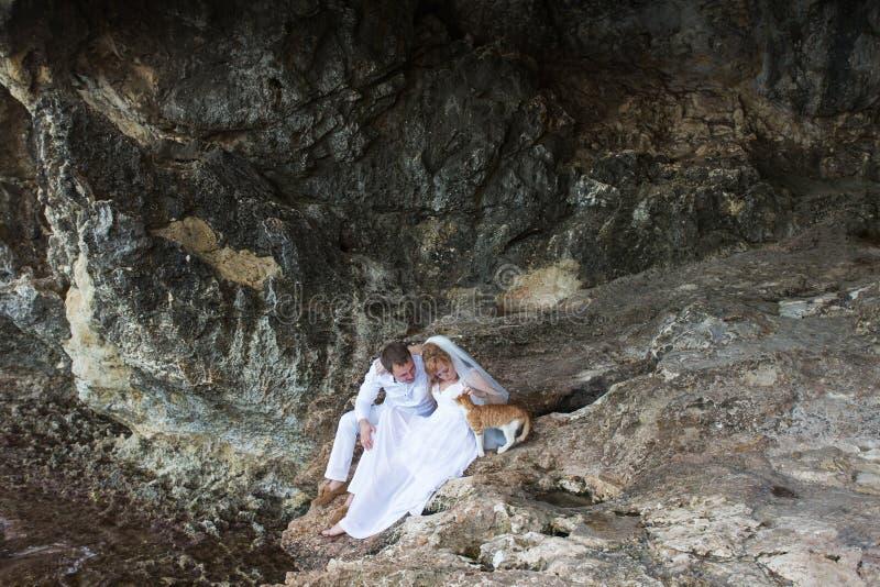 Verbinden Sie Jungvermählten Braut und Bräutigamlachen und -lächeln miteinander, glücklicher und froher Moment Mann und Frau in d stockfotografie