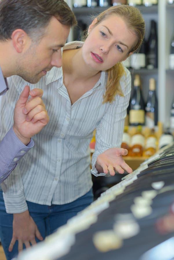 Verbinden Sie kaufenden Flaschenwein im Shop mit Alkoholgetränken stockfoto