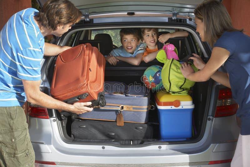 Verbinden Sie Laden-Gepäck in Autokofferraum stockfotografie