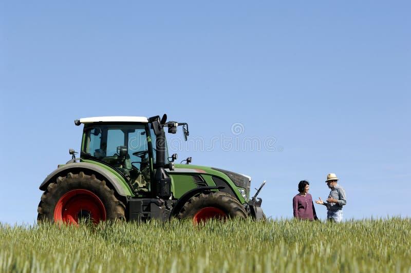 Verbinden Sie Landwirte auf einem Weizen fileld stockbild