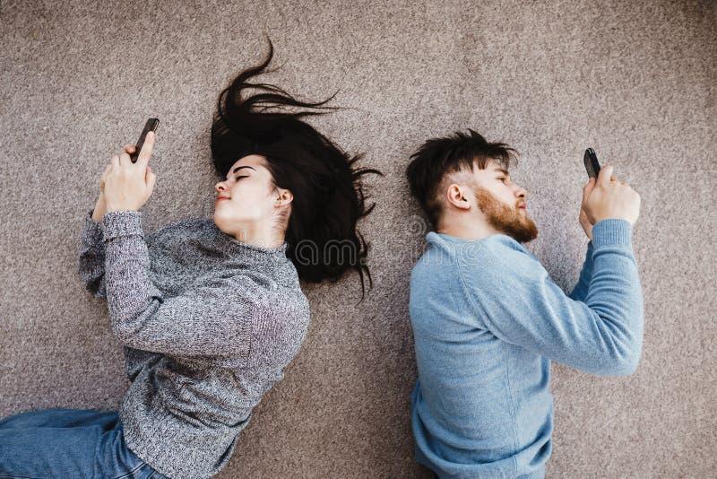 Verbinden Sie mit Telefonen im Wohnzimmer lizenzfreies stockbild