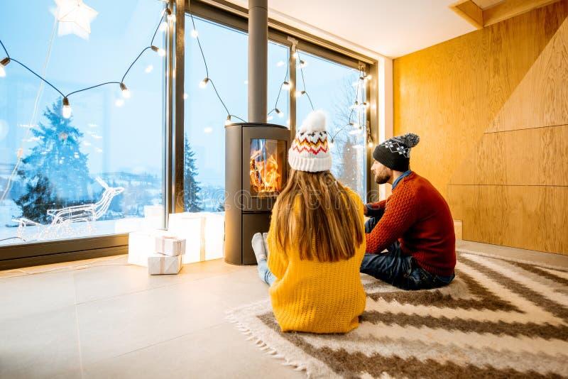 Verbinden Sie nahe dem Kamin zu Hause während der Winterzeit stockfoto