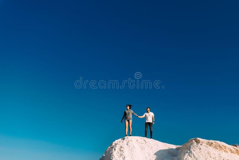 Verbinden Sie Reisen Mann- und Frauenstellung auf dem Berg Ein Paar in den Liebesreisen Ein Paar in der T?rkei Flitterwochenreise lizenzfreie stockbilder