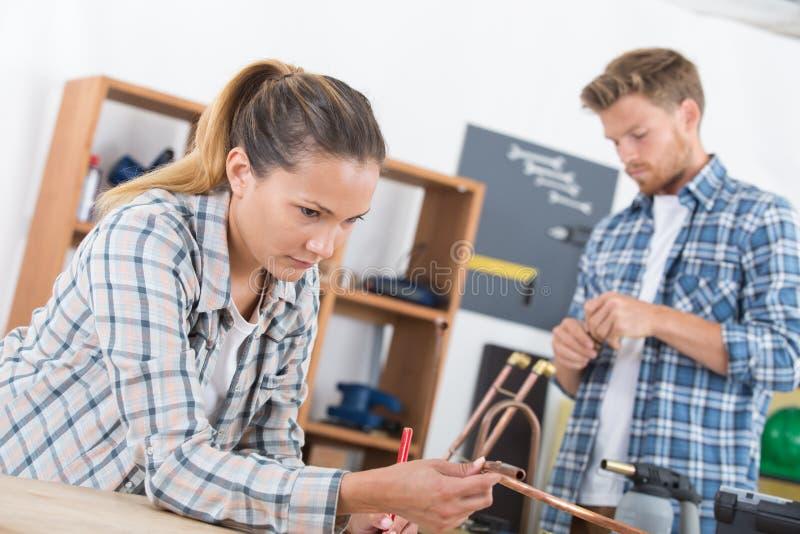 Verbinden Sie Reparierenfassbinderrohre stockfotos