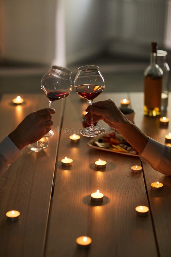 Verbinden Sie trinkenden Wein am romantischen Datum lizenzfreie stockbilder