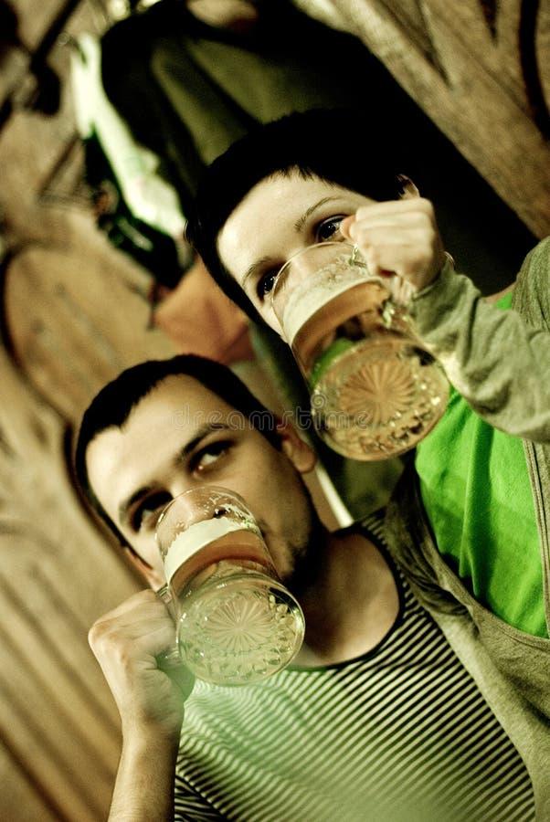Verbinden Sie trinkendes Bier stockfoto