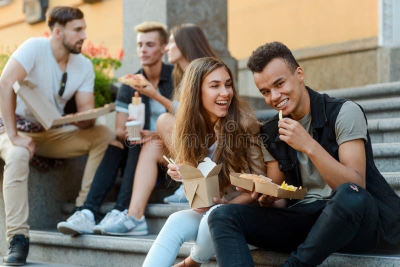 Verbinden Sie von den Freunden, die das Mittagessen essen lizenzfreie stockfotografie