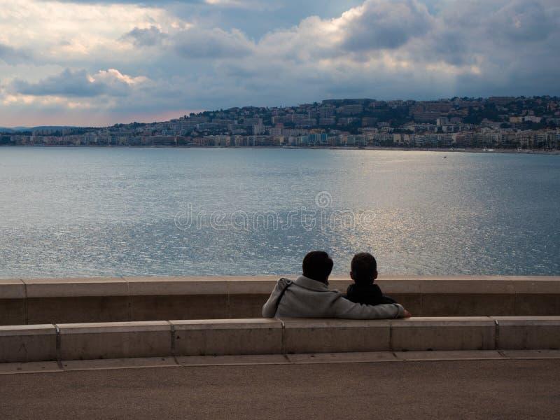 Verbinden Sie von den Liebhabern vor Nizza Meer lizenzfreie stockfotos