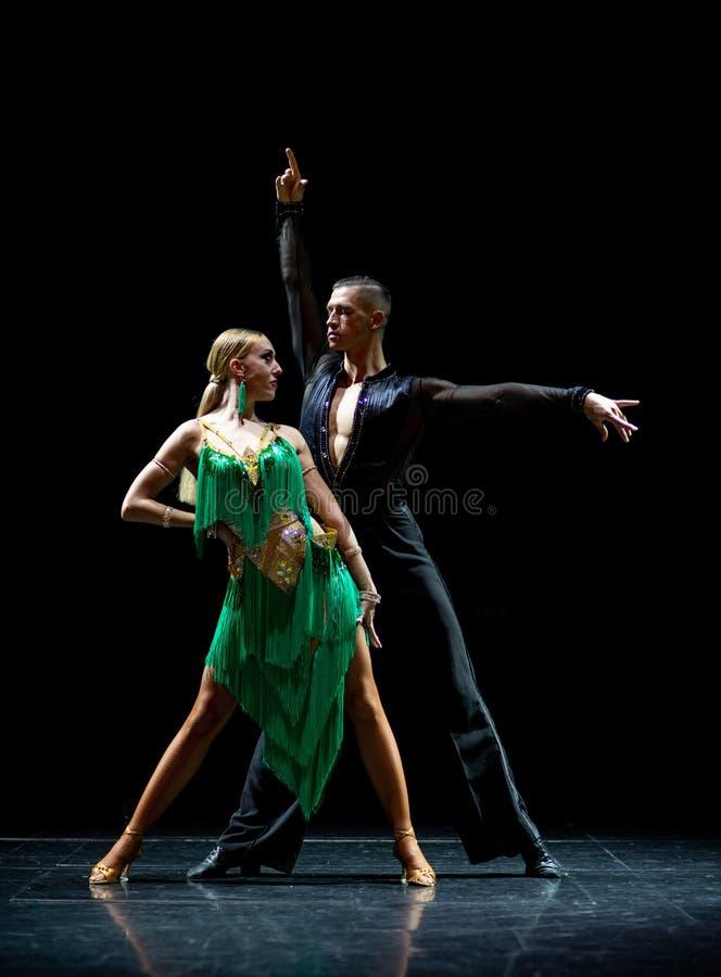 Verbinden Sie von den Tänzern, die an lokalisiertem schwarzem Hintergrund durchführen stockbild