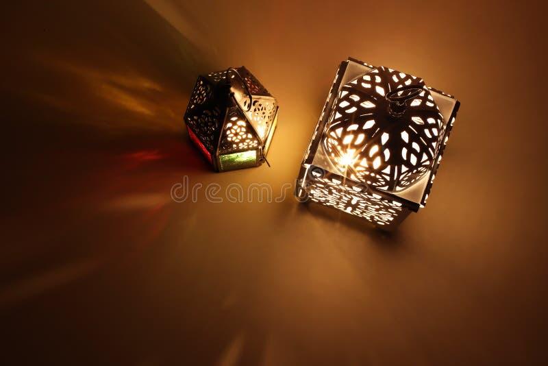 Verbinden Sie von glühenden marokkanischen dekorativen Laternen auf Tabelle Dekorative goldene Schatten Gru?karte, Einladung f?r  stockfotografie