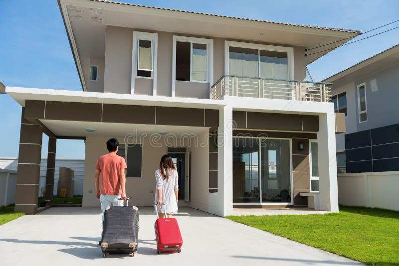 Verbinden Sie Zuggepäck, um sich auf neues Haus zu bewegen stockbilder