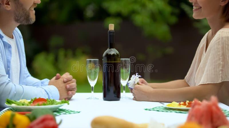 Verbinden Sie zusammen speisen im Landhaus und mit einander flirten, Romanze lizenzfreie stockfotos