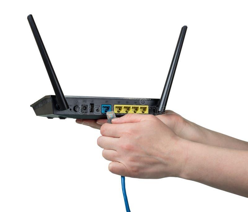 Verbindende die kabel aan router op wit wordt geïsoleerd royalty-vrije stock foto