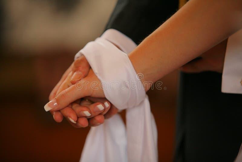 Verbindende handen tijdens Orthodox kerkhuwelijk stock fotografie