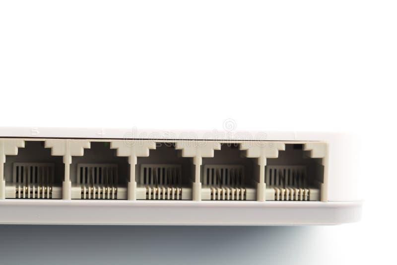 Verbindende netwerkkabels aan schakelaarrouters die rg-45 schakelaars gebruiken royalty-vrije stock foto
