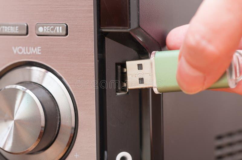 Verbindende USB-flitsaandrijving aan een muziekspeler stock foto's