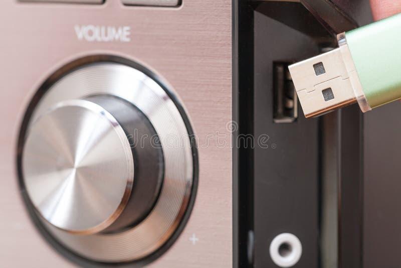 Verbindende USB-flitsaandrijving aan een muziekspeler stock afbeeldingen