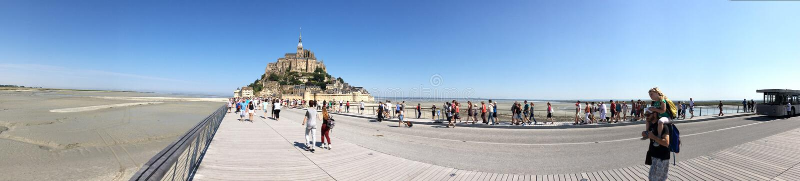Verbindende weg aan Mont Saint Michel-panorama, Frankrijk royalty-vrije stock foto's