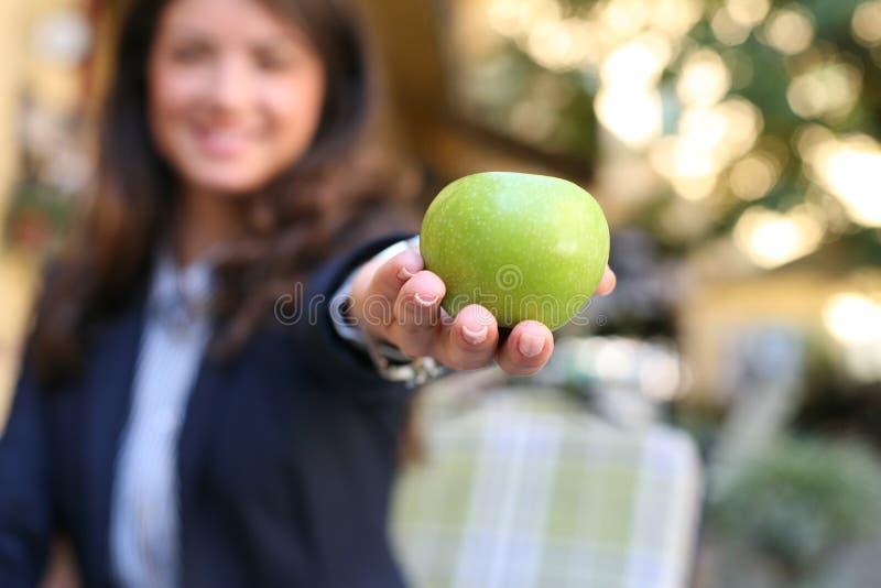 Verbinding, appel in vrouwenhand nadruk royalty-vrije stock foto's