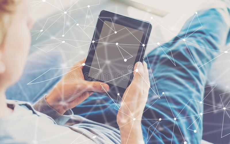 Verbindingen met de mens die een tablet gebruiken stock afbeeldingen