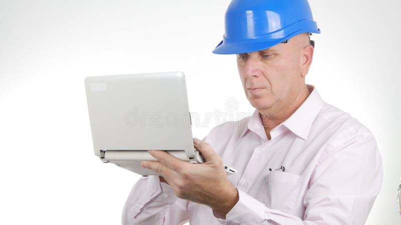 Verbindung des Ingenieur-Image Work Using-Laptop-drahtlosen Netzwerks lizenzfreies stockfoto