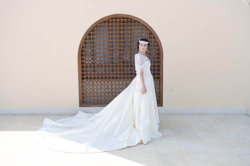 verbindung Trauung der Hochzeit mit schöner Braut Heirat im Sommer Vervollkommnen Sie Blick lizenzfreies stockfoto