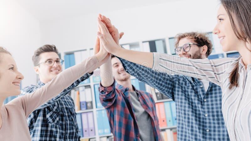 Verbindungshände der jungen Leute zusammen lizenzfreies stockfoto